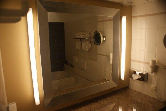 Badkamer junior suite - Bild von Bilderberg Kasteel Vaalsbroek ...