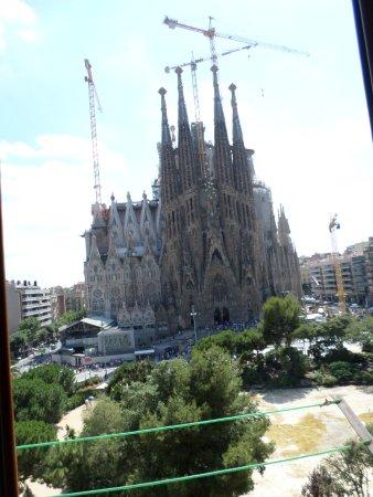 Gaudi's Nest : Fenêtre ouverte, toujours assis sur le canapé du salon
