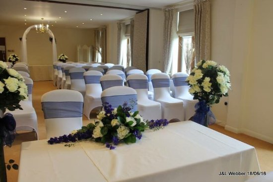 Alveston, UK : Perfect wedding venue for intimate classic ceremony.