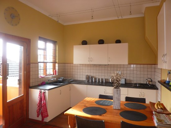 Bantry Bay Guesthouse: Kitchen for breakfast