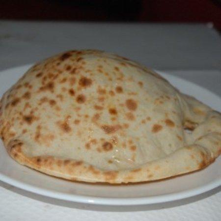 TAJ Restaurant: Voici le cheese nan que j'ai mangé qui était très bon. Il etait accompagné avec le poulet tikka.