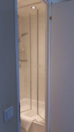 Hotel Uhland: Small, but adequate shower Room 28