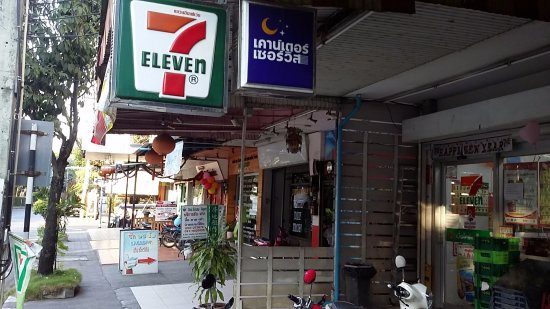 Lilu Hotel: 7/11 right next door and a great laundry next to that