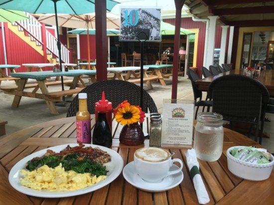 Kohala Village Inn: The Hub Pub breakfast and latte - YUM!