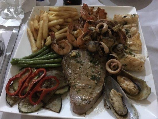 Cabinas Casa Esmeralda: Fischplatte gemischt; statt Hummer leider nur Thunfisch, trotzdem sehr lecker!