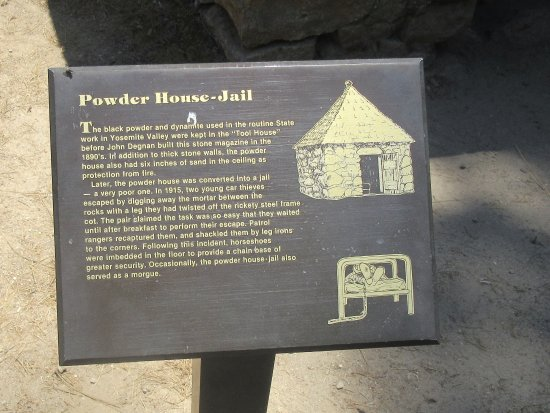 Wawona, Калифорния: Plaque Powder House Jail, Pioneer Yosemite History Center, Yosemite National Park, CA
