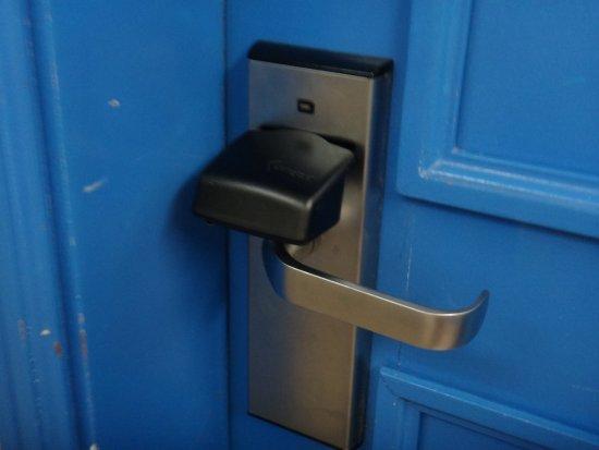 Hotel Lisboa Tejo: Dispositivo para liberar a abertura da porta.