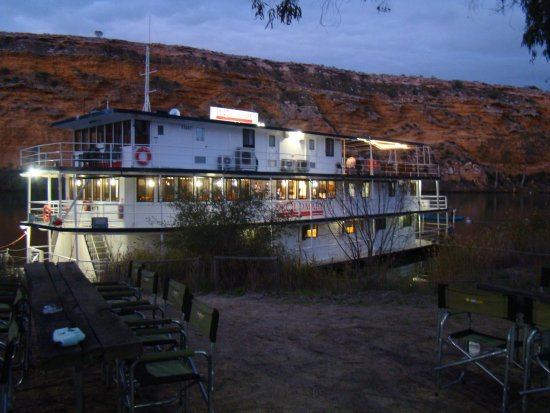 Murray Bridge, Australia: The Proud Mary as the sunsets on the Cliffs behind