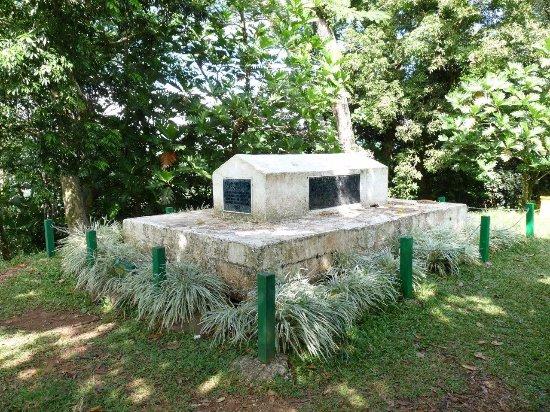 Robert Louis Stevenson Museum: Stevenson's grave