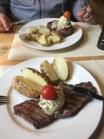 Stalden, سويسرا: Rossbodensteak mit hausgemachter Kräuterbutter und Kartoffeln