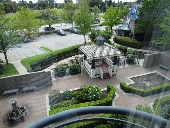 Holiday Inn Hotel & Suites North Vancouver: View from 3rd floor room. Highway noise no problem.