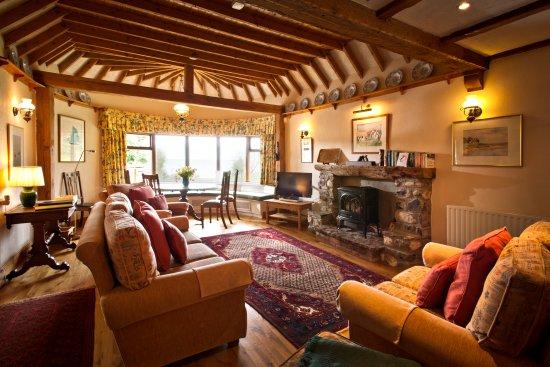 Bettystown, Irlanda: The Cottages Ireland ~ Thatcher's Rest Cottage open plan lounge.