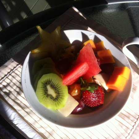 Cudgerie Homestead: Amazing fresh fruit salad as part of the breakfast feast!