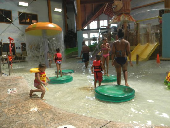 Wilderness Resort: Family playing in the indoor waterpark at Wilderness on the Lake.