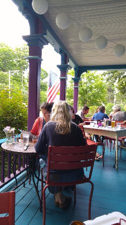 Naples, نيويورك: On the porch at the Roots Cafe, Naples NY