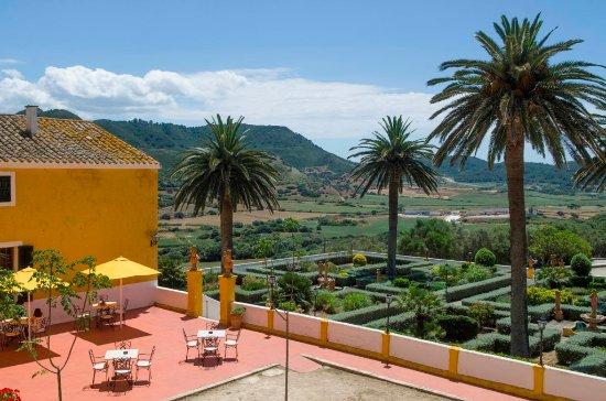 Restaurant Binissues: Detalle de jardines y terraza delantera