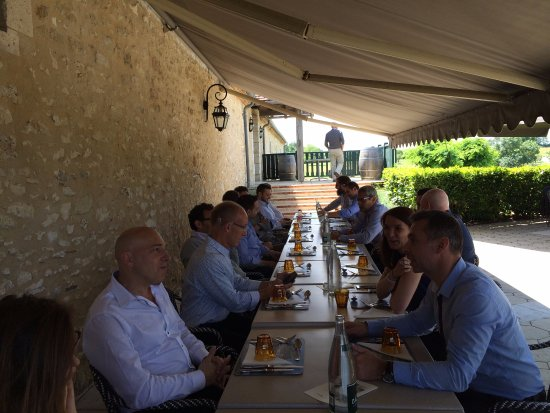 Monestier, Prancis: Dining under the sade with great view