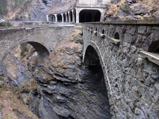 Les Grisons, Suisse : Rechts die dritte, links die zweite Weggeneration