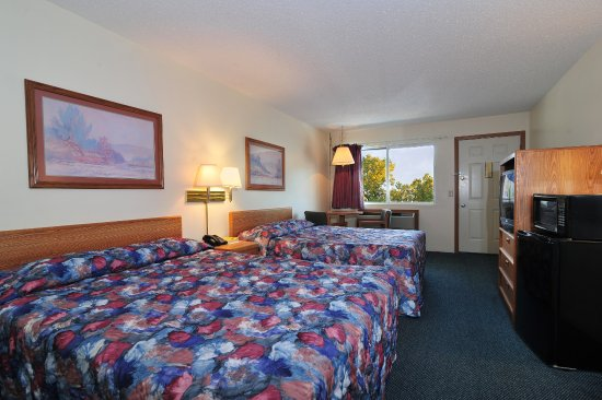 Field's Park Motel: Two queen-size beds in every standard room!