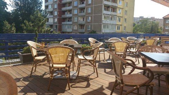 Prerov, Republika Czeska: Dá sa jesť na terase, len to zábradlie by potrebovalo vyčistiť.