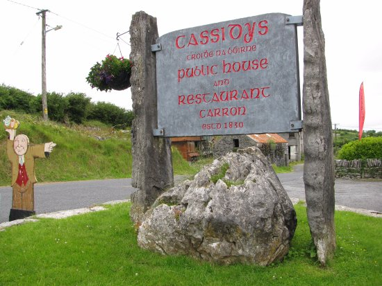 Carron, Irland: The Signpost outside Cassidys