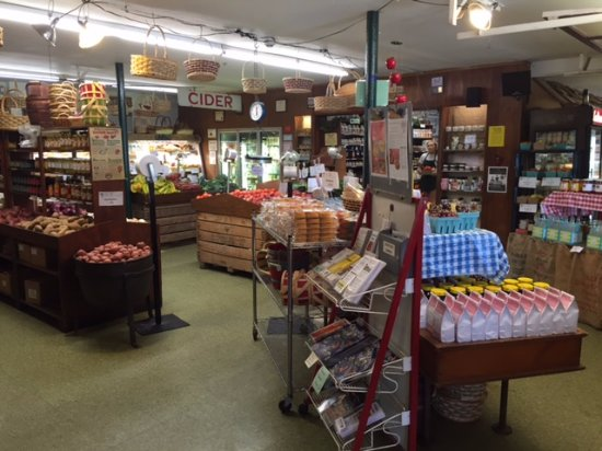 West Chester, Pensilvania: Small grocery and bakery view 2