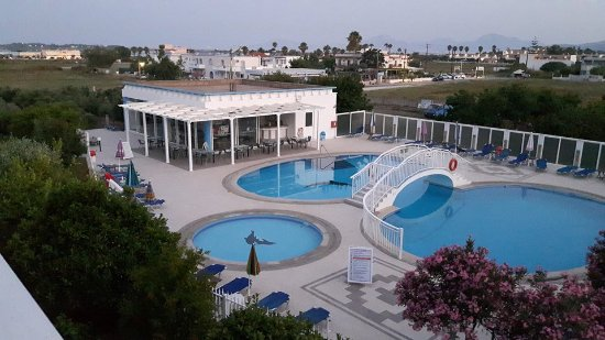 Kalloudis Hotel: Pools and the bar for snacks and drinks