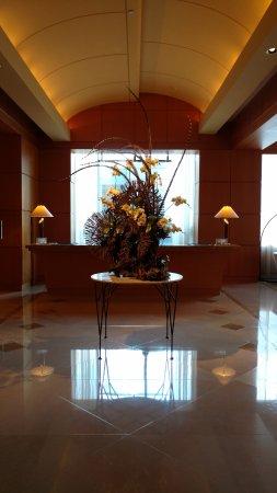 Four Seasons Hotel Miami: L'atrio della reception che si trova ai piani alti