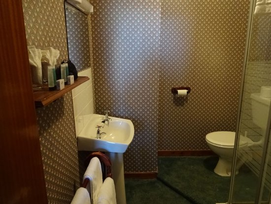 Aurora Hotel: bathroom of the 1st floor queen sroom