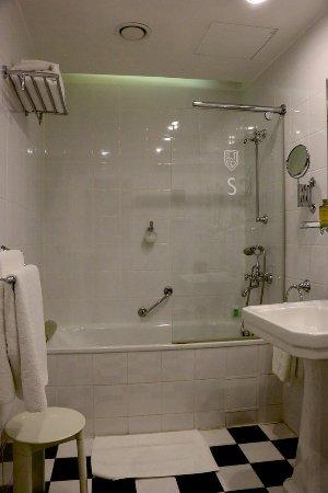 St. Petersbourg Hotel: Room 107 - tub & shower