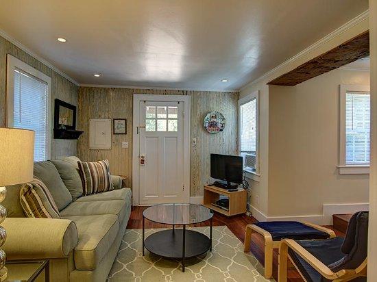 Gansett Green Manor: Cottage Two- Living room
