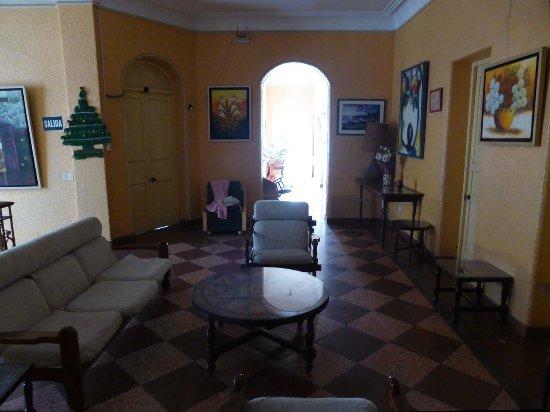 Los Cocos Inn: Lounge - an Gemälden kein Mangel !