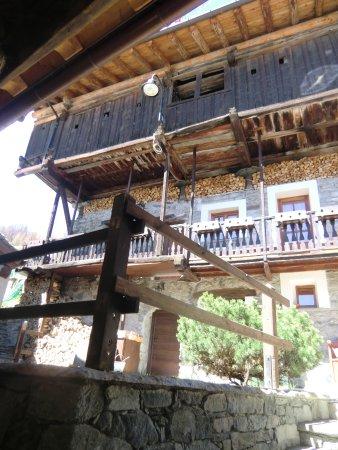 """Antagnod, Italia: Rascard : si noti i pilastrini a """"fungo"""" tra la legna"""
