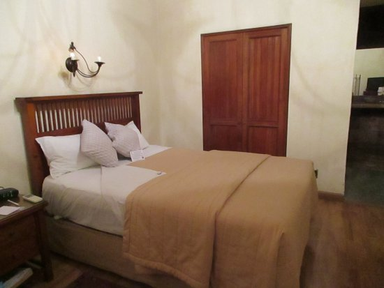 Hotel Casa Antigua: One of the beds & closet in Etla Suite