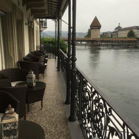 Sicht vom Balkon auf die Stadt und die Reuss