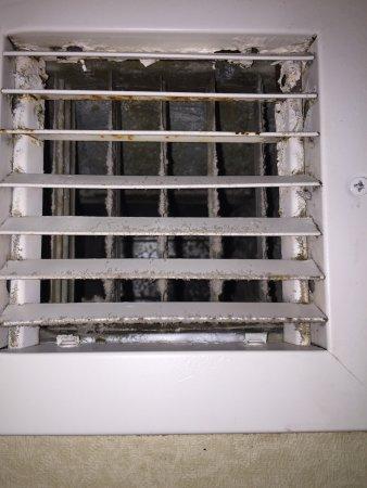 Schertz, TX: Non working dirty exhaust fan. Moldy shower and rusty door