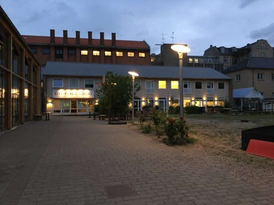 City Public Hostel: The entrance at 3 am