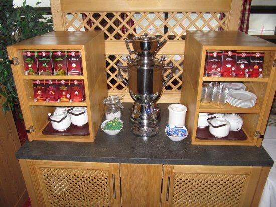 Hotel Kaiseralm: Die Teeauswahl mit Samowar