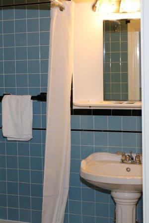 Bucksport Motor Inn: Standard Bathroom