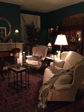 1868 Magnolia House Inn: Parlor