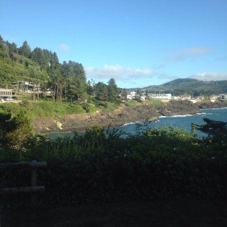 Depoe Bay, OR: The Inn provided wonderful touches- smart room layout, complimentary sherry in the room, binocul