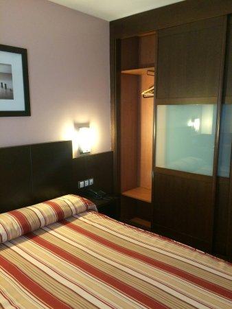Hotel Castro Real: Armario empotrado y cama.