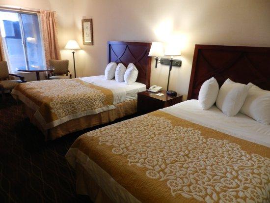 Days Inn and Suites San Diego Near Sea World: 2 Queen (2)