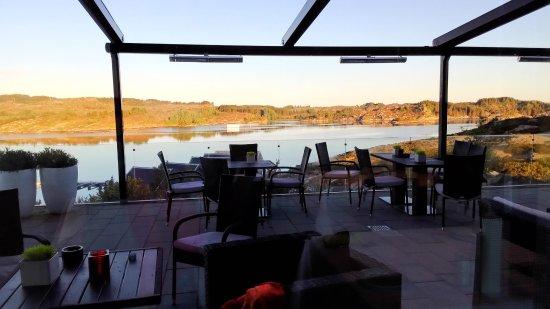 Steinsland, Norway: 餐廳旁的露天咖啡座