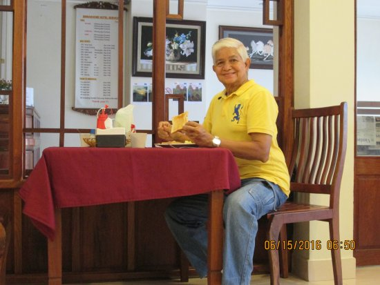 Sinnakhone Hotel: Here I'm having eggs for breakfast at the dining room.
