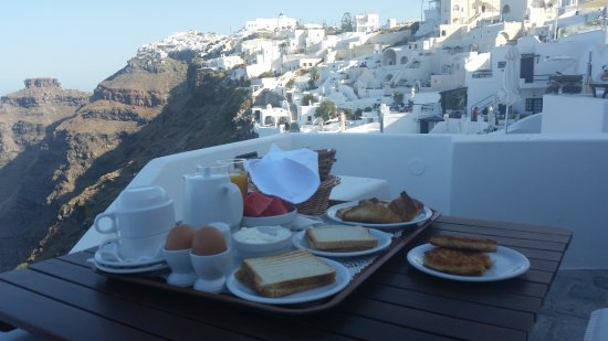 Smaro Studios: Amazing breakfast and view from balcony (shaded in morning; full sun in afternoon)