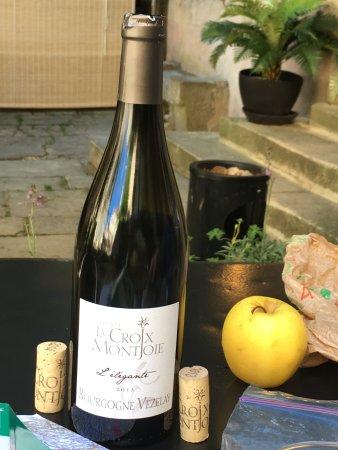 Tharoiseau, France: Wine w/ our Dutch friends at the hotel.