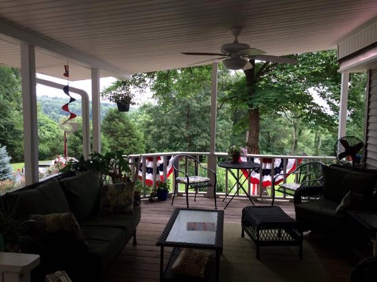 Brownsville, KY: The comfortable porch - great for reading or watching a storm or hummingbirds!