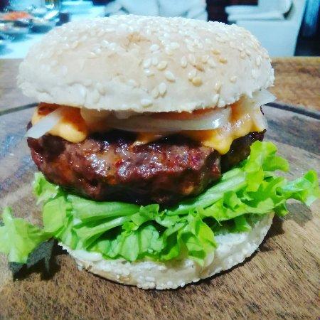Zavalla, Argentina: Hamburguesa casera, 170 gr, chedar, cebolla, lechuga y pancitoss bien bien tostados