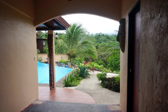 Nuevo Arenal, Costa Rica: View into the garden & pool area from the hall, where Danny's room is located